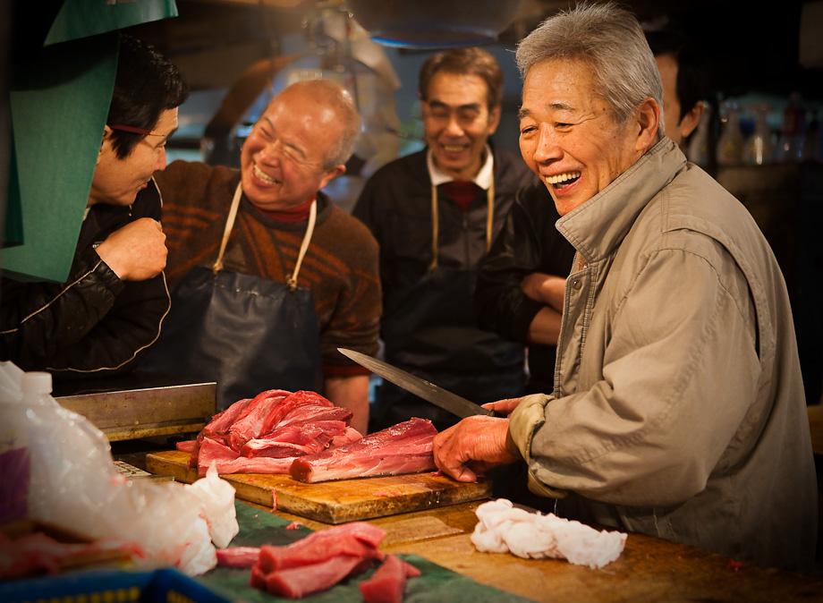 Chef carves fresh tuna, Tokyo Tsukiji fish market