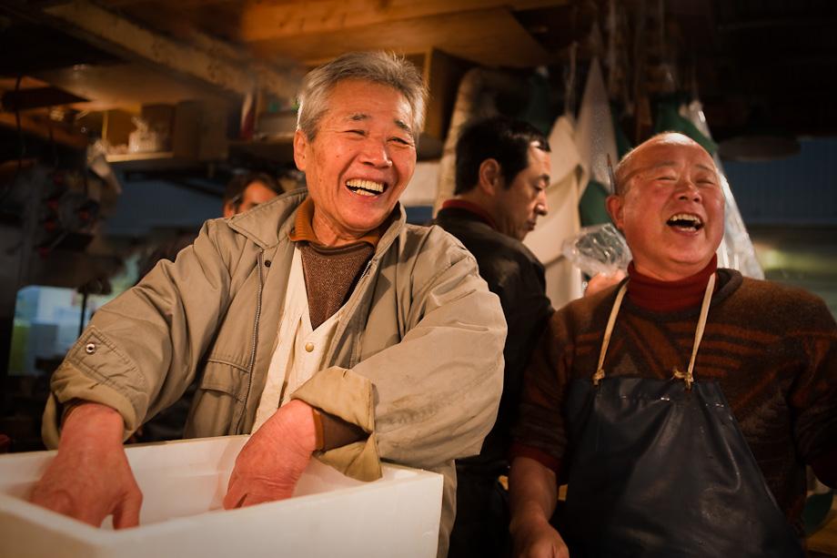 Chef packs fresh tuna, Tsukiji fish market in Tokyo