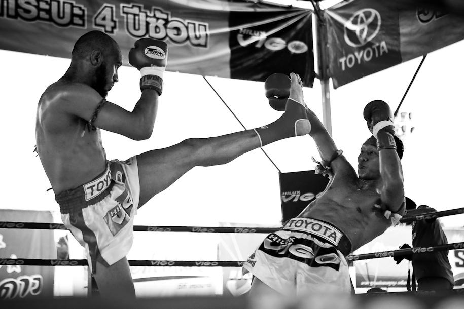 Muay Thai - Saenchai shows his agility
